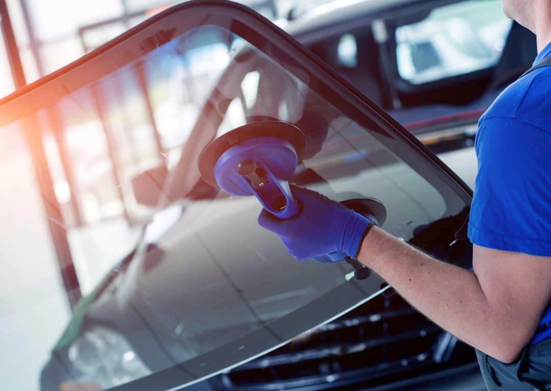 ¿Qué funciones tienen los vidrios que se usan en los automóviles?